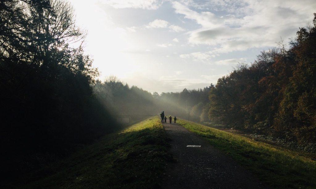 morgens im Nebel gehen die Kinder über den Damm